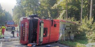 Das Feuerwehrfahrzeug überschlug sich und blieb auf der Seite quer zur Fahrbahn liegen. Alle fünf Insassen wurden leicht verletzt.