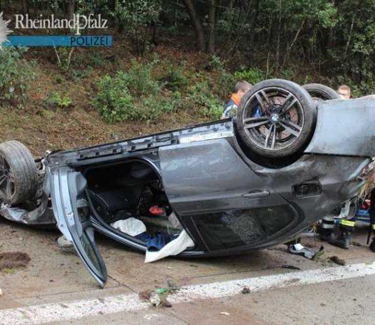 """Nasse Fahrbahn, starker Wind, schlechte Sicht, schnelles Tempo und wenig Reifenprofil - diese """"ungünstige Kombination"""" führte zu einem schweren Unfall. Der 21-jährige Fahrer zog sich lebensbedrohliche Verletzungen zu."""