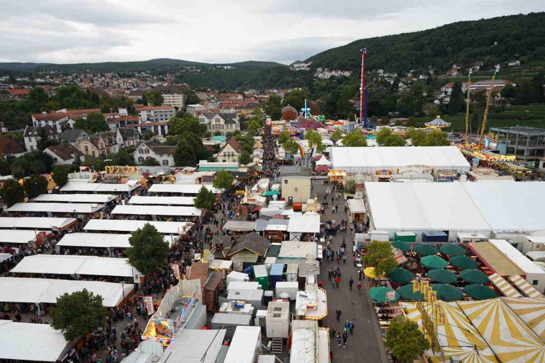 Der Wurstmarktplatz vom Riesenrad aus gesehen (Foto: Holger Knecht)