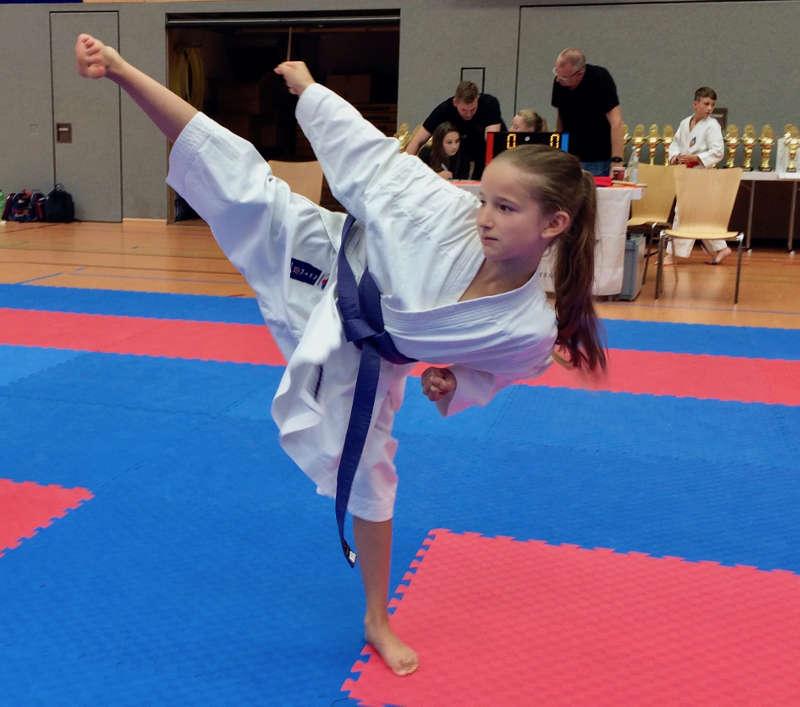Jana Weber mit einem hohen Fußkick (Foto: BCRN)