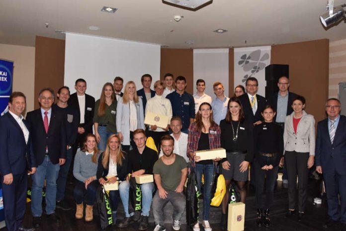 Spitzensportler wohin das Auge schaut: Sportstaatssekretär Günter Kern (r.), LSB-Präsidentin Karin Augustin (2.v.r.), LSB-Vizepräsident Jochen Borchert (3.v.r.) und Lotto-Geschäftsführer Jürgen Häfner (5.v.r.) gratulieren gemeinsam mit den Sponsoren Ralf Anselmann (Weingut Anselmann/l.), Günter Reichart (EWR/2.v.l.) sowie Marc-Oliver Liedke (fortuna online GmbH/Mitte unten mit weißem Hemd) den Protagonisten um Leichtathletin Gesa Krause (4.v.r.) zu ihren Topleistungen im Jahr 2017. (Foto: LSB)