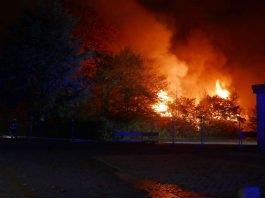 Das Vereinsheim des Kleingartenvereins Lichtwiese im Vollbrand (Foto: Feuerwehr Darmstadt)