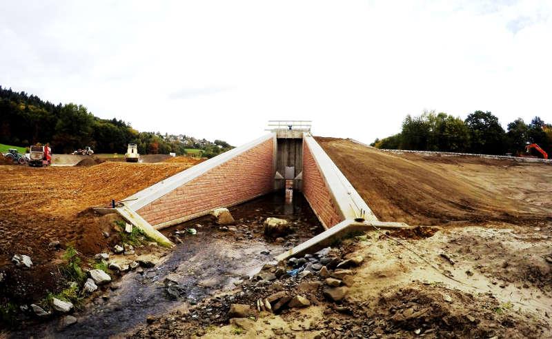 Für den Bau des Rückhaltebeckens waren umfangreiche Erdarbeiten notwendig. (Foto: RP Darmstadt)