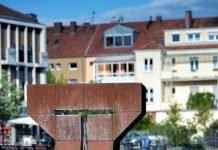 """Die Skulptur """"Daimon IV – Großer Kopf"""" des Bildhauers David D. Lauer, die in der Vergangenheit bereits in der Bachgasse zu sehen war, soll künftig den Landauer Untertorplatz künstlerisch aufwerten. (Foto: Uwe Reifenstahl)"""