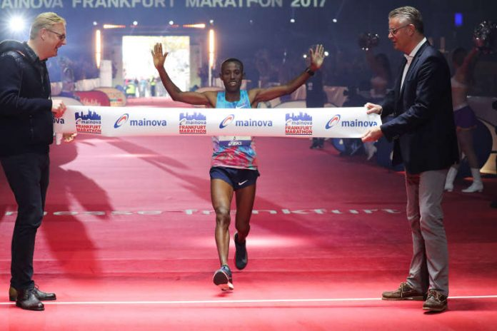 Der Äthiopier Shure Kitata Tola gewinnt Mainova Frankfurt Marathon 2017 (Foto: Victah Sailer / www.photorun.net)