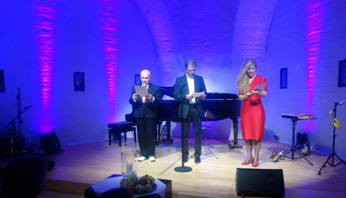 Wolfgang Schmierer überreichte den Künstlern den Pamina Kulturpreis des Vereins (Foto: Stadtverwaltung Germersheim)