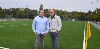 NLZ-Leiter Volker Kersting (links) und Sportvorstand Rouven Schröder auf dem neuen Kunstrasen (Foto: Mainz 05)