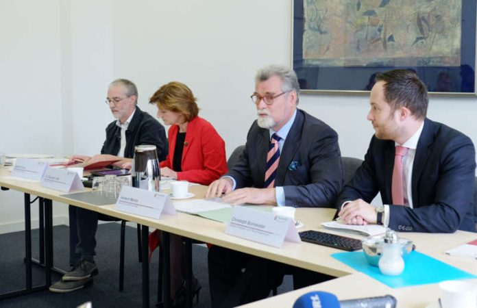 v.l.: Stefan Thum, Dr. Elisabeth Volk, Justizminister Herbert Mertin und Christoph Burmeister (Foto: Ministerium)