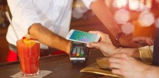 Die Sparkasse Vorderpfalz ist deutschlandweit eine der ersten zehn Sparkassen, die das bargeldlose Bezahlen mit dem Smartphone pilotiert. Mitarbeiter der Sparkasse können bei allen Händlern mit kontaktlosfähigen Terminals mobil mit dem Smartphone bezahlen. (Foto: S-Payment GmbH, 2017)