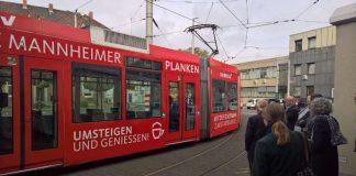 Plankenbahn verlässt erstmalig die Werkshalle (Foto: Stadt Mannheim)