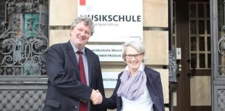 Bjoern Strangmann zusammen mit Bildungsdezernentin Dr. Ulrike Freundlieb (Foto: Stadt Mannheim)