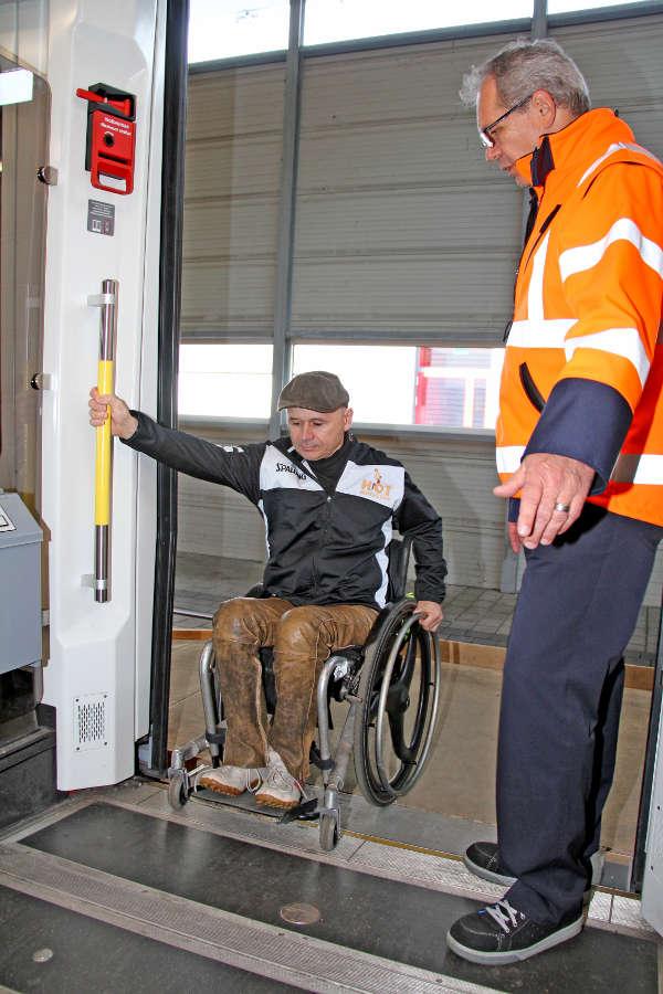 Barrieren überwinden: Wertvolle Tipps für den sicheren Ein- und Ausstieg bei Bussen und Bahnen erhielten die Teilnehmer beim heutigen Mobilitätstraining im Betriebshof der Verkehrsbetriebe Karlsruhe (Foto: KVV)