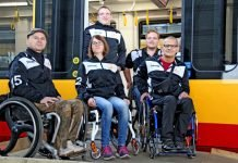"""Auch Basketballer-Spieler der """"Hot Wheelers"""" nahmen an dem Mobilitätstraining von KVV und VBK teil und gaben ihrerseits wertvolle Anregungen für die Verbesserung der Barrierefreiheit in Bussen und Bahnen (Foto: KVV)"""