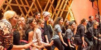 Die komplette Bandbreite an Chorgattungen stand am Wochenende beim Badischen Chorwettbewerb in Bruchsal auf der Bühne. Hier der Jazzchor Twäng! aus Freiburg, der sich den Tite Meisterchor ersang (Foto: BCV/Staubach)