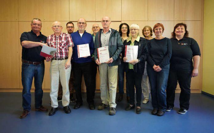Die geehrten Blutspender mit Herbert Bertram (l.) und Sabine Adam (r.) (Foto: Holger Knecht)
