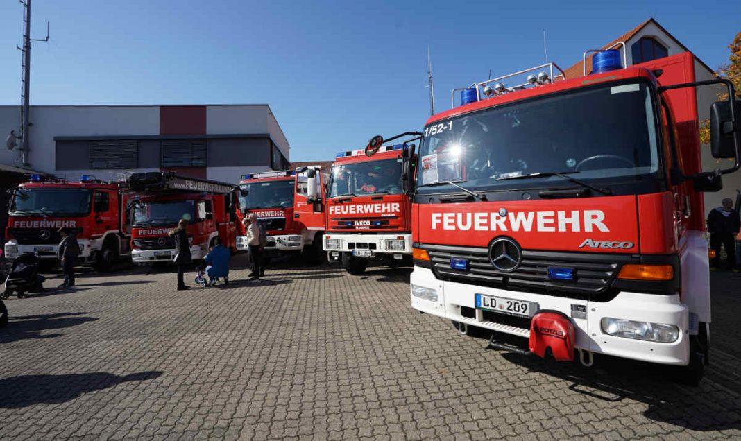 Fahrzeugausstellung im Außenbereich (Foto: Holger Knecht)