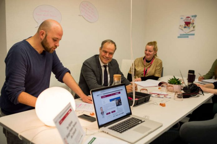 """Oberbürgermeister Prof. Dr. Eckart Würzner tauschte sich mit den Initiatoren vom """"Amt für unlösbare Aufgaben"""" über Ideen zur Vereinfachung bürokratischer Prozesse aus. (Foto: Tobias Dittmer)"""
