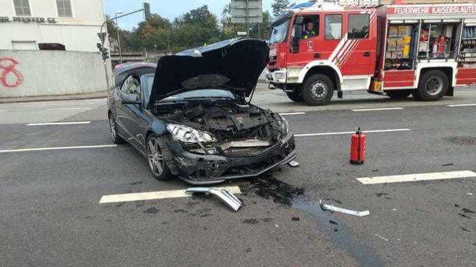 Auslaufende Betriebsstoffe beseitigte die Feuerwehr Kaiserslautern.