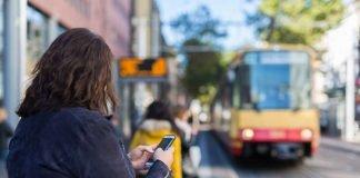 Bezahlen mit dem Smartphone wird im Nahverkehr immer beliebter. Aber ist es auch sicher? (Foto: Gabi Zachmann/KIT)
