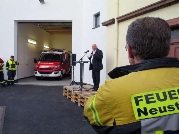 Oberbürgermeister Löffler lobte den Einsatz der Feuerwehr beim Neubau. (Foto: Stadtverwaltung Neustadt)