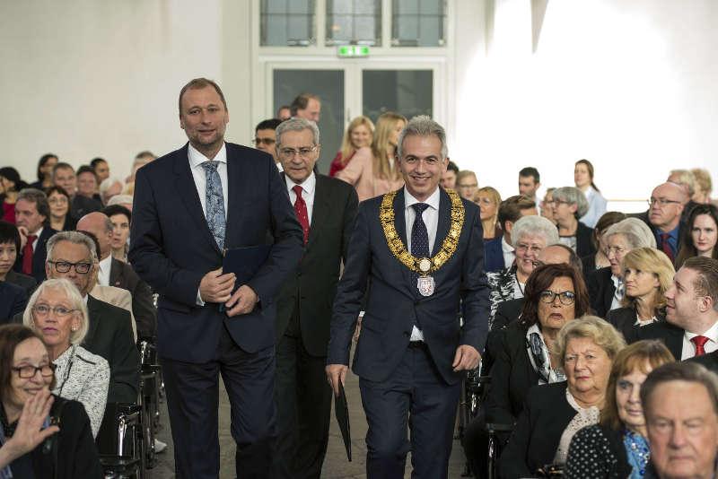 Tomáš Jan Podivínský (li.), Botschafter der Tschechischen Republik, mit Oberbürgermeister Peter Feldmann. (Foto: Heike Lyding)