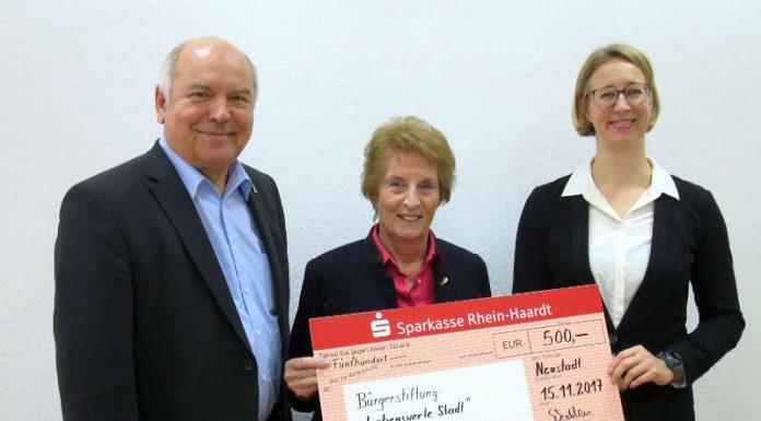 500 Euro gehen an die Bürgerstiftung: Oberbürgermeister Löffler, Stiftungsmitglied Siegrist und WEG-Geschäftsführerin Schatten bei der Scheckübergabe. (Foto: Stadtverwaltung Neustadt)