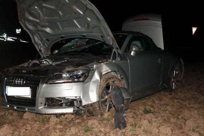 Das im Acker stehende Unfallfahrzeug (Foto: Polizei RLP)