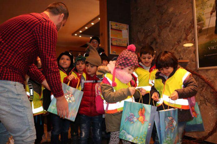 """Zum Abschied erhielten alle Kinder eine """"Regenbogentüte"""" als Erinnerung an die Teilnahme am 14. Bundesweiten Vorlesetag. (Foto: Kreisverwaltung Alzey-Worms)"""