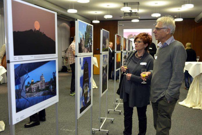Besucher des IHK Fotowettbewerb im Nov. 2017 in Darmstadt. Von li.: Helen und Rainer Hess aus Lorsch. (Foto: Dagmar Mendel)