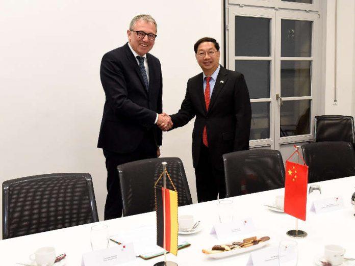 Oberbürgermeister Dr. Peter Kurz (links) begrüßt den Chinesischen Botschafter D.E. Shi Mingde im Rathaus. (Quelle: Stadt Mannheim. Bild: Thomas Tröster)