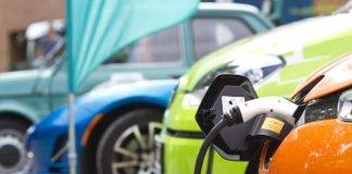 """Elektroautos und Plug-in-Hybride können gleichermaßen Strom tanken. Wer weniger Kohlendioxid ausstößt, hat nun die """"Profilregion Mobilitätssysteme Karlsruhe"""" untersucht. (Foto: KIT/L.Albrecht)"""