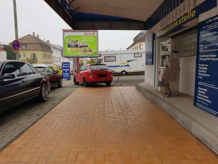 Abgerissener Tankrüssel an PKW (Foto: Polizei RLP)