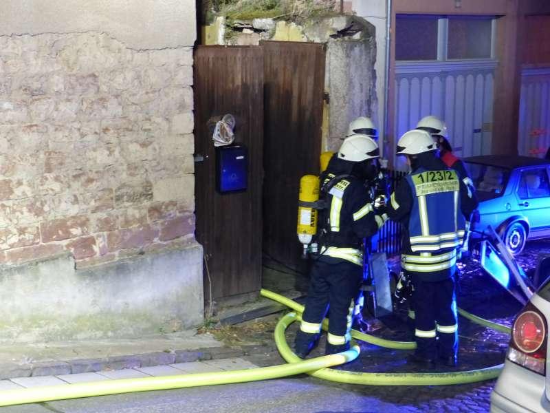 Feuerwehrleute beim Außenangriff (Foto: Feuerwehr Neustadt)