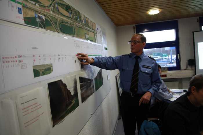 Rolf Spiegelhalter, Leiter der Autobahnstation Ruchheim erklärt den Einsatz an der A6