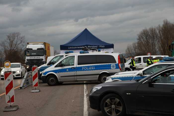 Die Kontrollstelle an der Brücke nach Mannheim - Das LKA Rheinland-Pfalz hat ein Info-Zelt aufgebaut