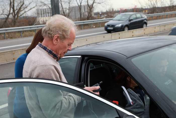 Der ertappte Belgier hatte großes Glück. Seine Videoaufnahme hakte beim Aufnehmen. So durfte er ohne Strafe weiterfahren. Denn die Beamten müssen den Verstoß gerichtssicher dokumentieren