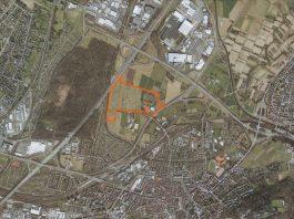 """Das Plangebiet (orange umrandet) für den Sport- und Freizeitpark """"Untere Hub"""" liegt südlich der Autobahn 5-Anschlussstelle Karlsruhe-Nord. (Foto: Stadt Karlsruhe)"""