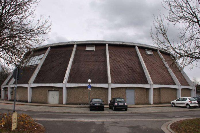 Die in die Jahre gekommene und marode Landauer Rundsporthalle hat ausgedient: Im ersten Quartal 2018 soll die Sportstätte abgerissen werden. (Foto: Stadt Landau in der Pfalz)