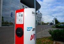 Die SAP Arena und das Mannheimer Energieunternehmen MVV bieten Besitzern von Elektroautos ab sofort die Möglichkeit, auf dem Arena-Gelände Strom zu tanken. Auf dem VIP-Parkplatz wurde von MVV eine Ladesäule errichtet, an der zwei Autos gleichzeitig ihre Akkus aufladen können. (Foto: SAP Arena/Binder)
