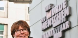 Jugendschöffin Petra Fourate steht vor der Justizbehörde Frankfurt (1) (Foto: Stadt Frankfurt / Rainer Rüffer)