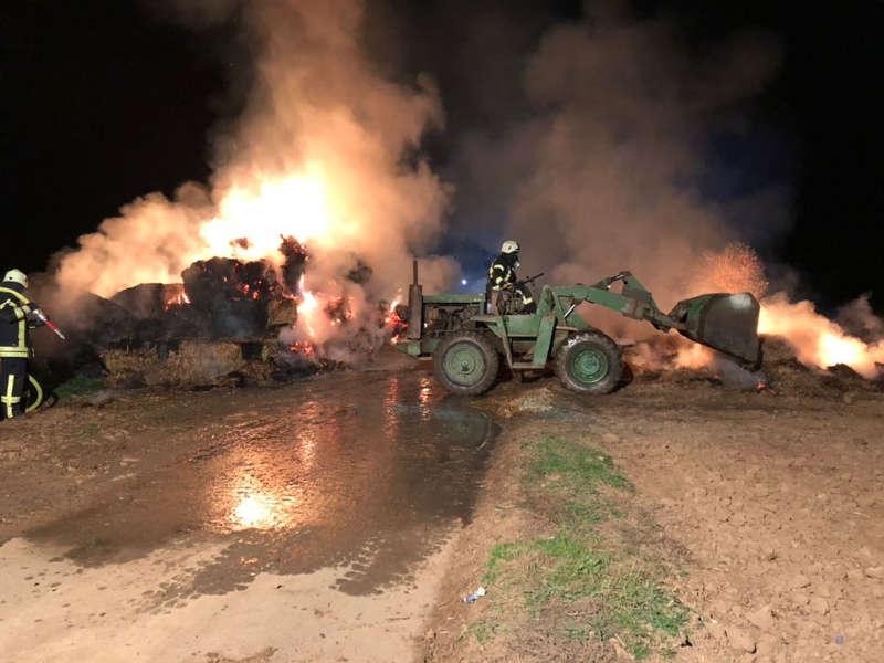 Ein Radlader kam zum Einsatz (Foto: Feuerwehr Haßloch)