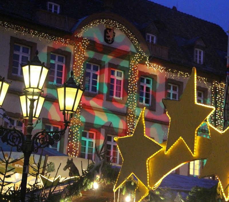 Weihnachtlich beleuchtetes Rathaus (Foto: Paola Tonello)