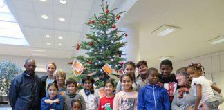 Kinder des Sprachförderunterrichts haben wieder Weihnachtswünsche an einen Tannenbaum gehängt, er steht im Bürgerbüro. (Foto: Stadtverwaltung Neustadt)
