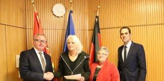 Landrat Ernst Walter Görisch (l.) überreichte die Landesehrennadel an Christine Hach. Amanda Wucher und Maximilian Abstein gratulierten herzlich. (Foto: Simone Stier)