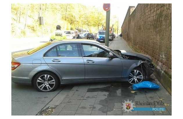 An dem Mercedes entstand Sachschaden in fünfstelliger Höhe