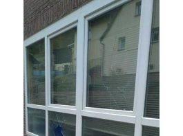 In der Hauptstraße zerstörten die Unbekannten mehrere Fensterscheiben.