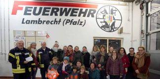 Gruppenfoto nach der Spendenübergabe an die Kindergärten und die Grundschule, links Wehrführer Markus Müller (Foto: Holger Knecht)