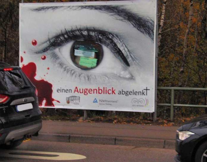 Im Großformat hängt das Plakat der Verkehrssicherheitskampagne des PP Westpfalz jetzt in der Merkurstraße. Es soll daran erinnern, dass jeder Blick aufs Handy während der Fahrt und jede Form der Ablenkung tödlich enden kann.