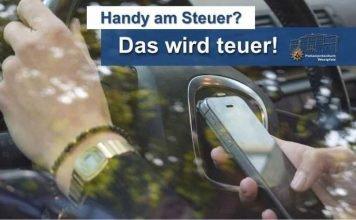 Wer das Handy während der Fahrt benutzt und erwischt wird, darf seit dem 1. Oktober noch tiefer in die Tasche greifen: Mindestens 100 Euro werden fällig - dazu gibt's einen Punkt in der sogenannten Verkehrssünderdatei.