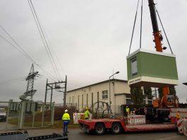 Der Point of Presence (PoP) wird vom Kran angehoben, um an den bereits vorbereiteten Platz an der Umspannanlage transportiert zu werden. (Foto: Westnetz GmbH)